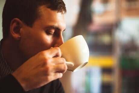 커피를 마시는