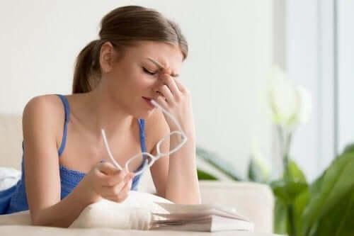 눈 통증을 완화하는 자연 치료법 4가지