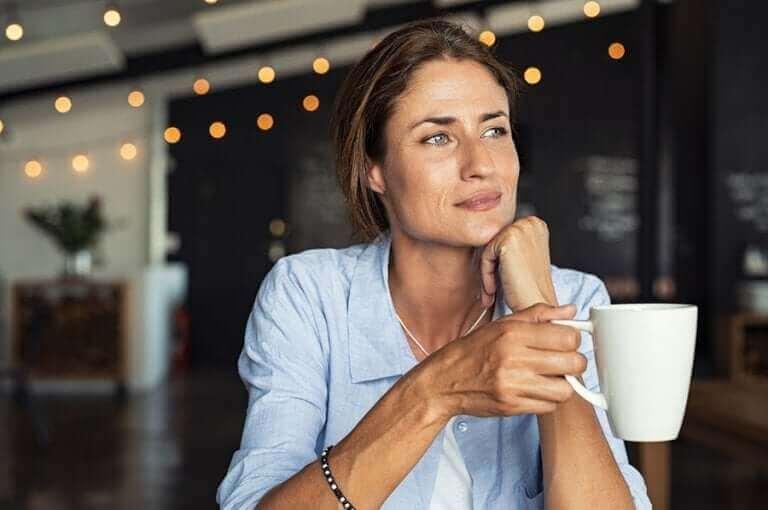 커피를 마시는 건강한 습관