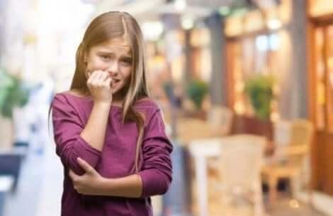 아이가 손톱을 물어뜯지 않도록 하기 위한 전략