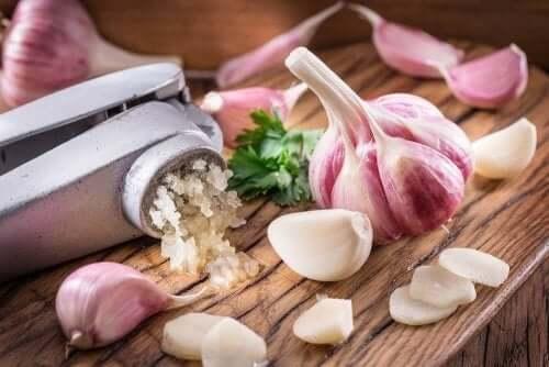 마늘로 콜레스테롤을 줄이는 3가지 가정 요법