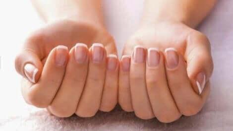 노랗고 두꺼운 손톱을 치료하는 6가지 요법