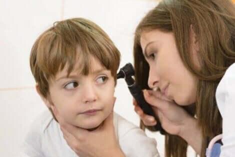 아기와 어린이의 중이염을 완화하는 법에 관한 비결