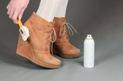 스웨이드 신발을 깨끗하게 하는 유용한 팁