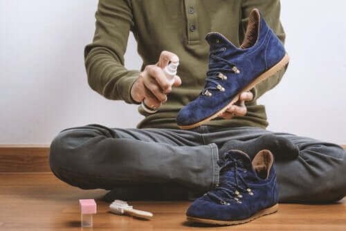 스웨이드 신발의 얼룩을 없애는 방법