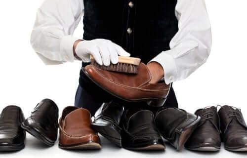 스웨이드 신발을 닦는 특수 브러시를 사용하자