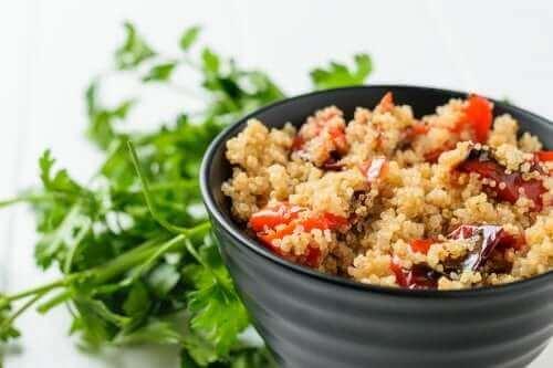퀴노아를 곁들인 구운 채소 샐러드