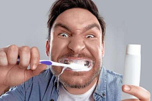 하얀 치아에 대한 강박, 치아 미백 집착증