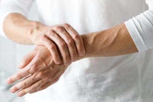 손목 터널 증후군과 관절염의 차이점