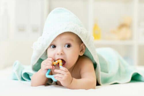 아기의 가려운 잇몸을 완화하는 방법